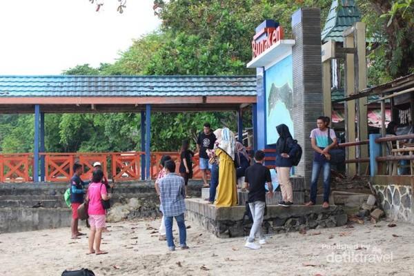 Antre berfoto di Pulau Bunaken.