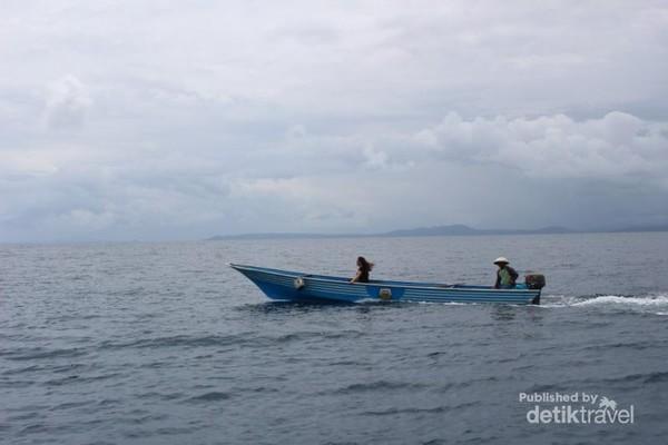 Untuk menuju Pulau Nain pengunjung berpindah ke perahu yang lebih kecil.