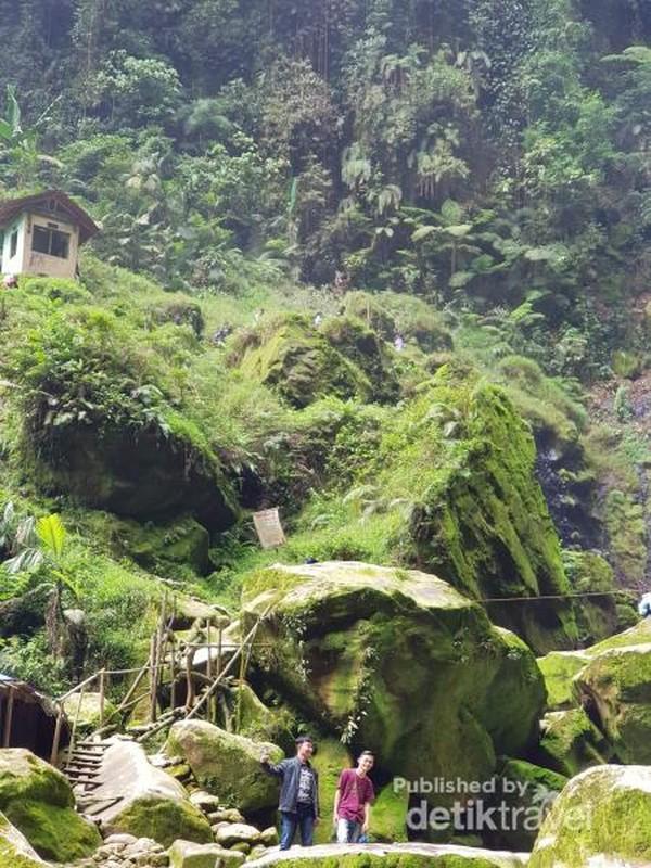 Bebatuan besar dan berlumut hijau segar juga tidak kalah bagus untuk dijadikan spot foto, Jangan ketinggalan