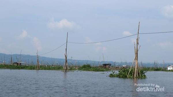 Terdapat instalasi listrik di tengah danau untuk pondok-pondok nelayan di tengah danau