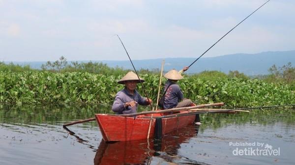 Warga sekitar yang sedang memancing di danau Rawa Pening