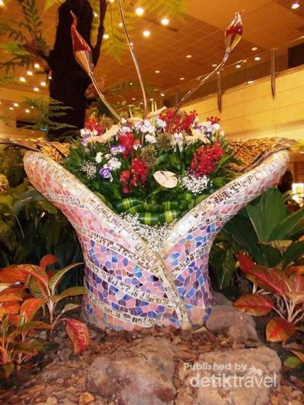 Tak bosan-besan menikmati kecantikan enchanted garden di Changi Airport.