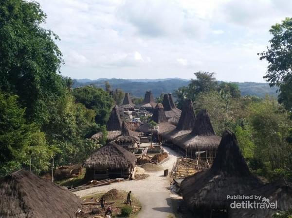 Desa ini memiliki 38 buah rumah adat setelah peristiwa kebakaran di tahun 2000 lalu