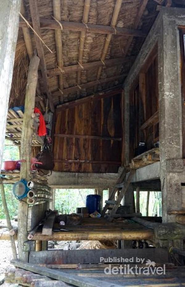 Pintu masuk sebuah rumah tradisional Desa Praijing. Di rumah tradisional ini, pintu masuk antara wanita dan pria dibedakan