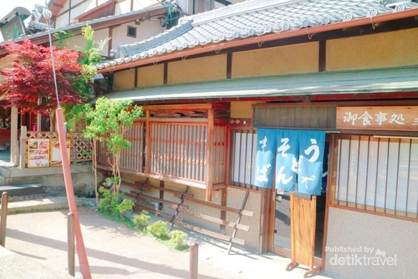 Toko-toko dengan ekterior tradisional khas Jepang