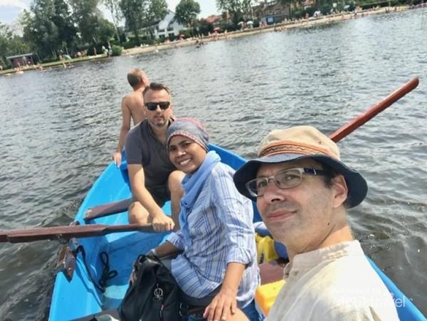 Mendayung menuju pulau kecil di area Danau Loosdrecht