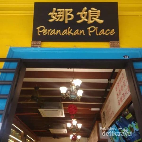 Papan nama restoran Peranakan Place