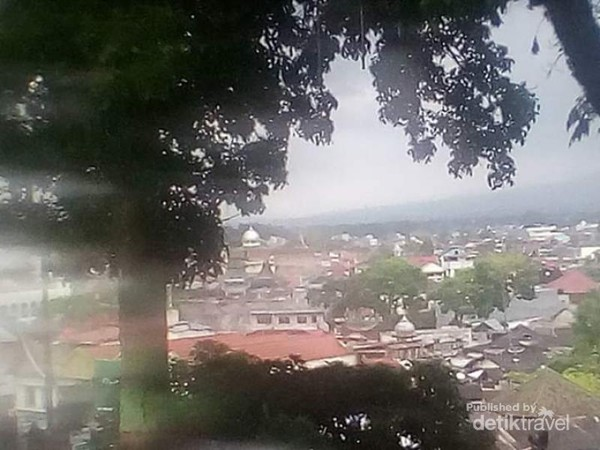 Pemandangan rumah penduduk Bukit Tinggi dari sekitar lokasi Jam Gadang.