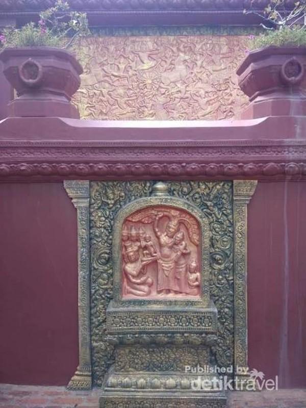 Ornamen yang ada di dinding pagar yang mengitari Wat Phnom.