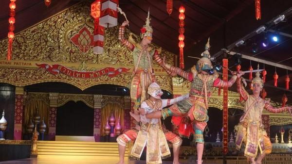 Penari pria dengan pakaian tradisional Thailand