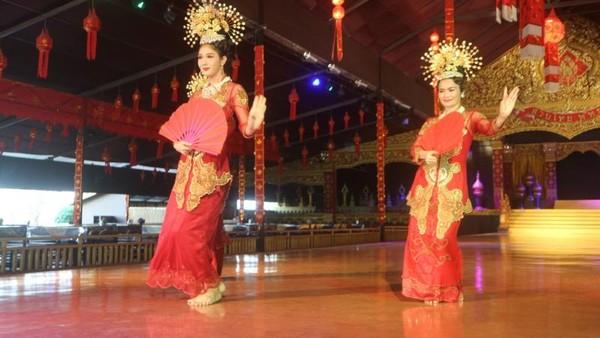 Bahkan ada tarian yang dipengaruhi budaya Melayu