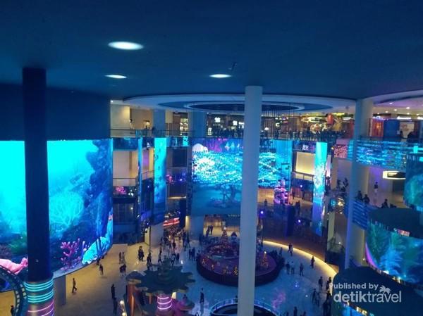 Layar super besar dengan tampilan warna-warni menjadi salah satu daya tarik pusat perbelanjaan ini.