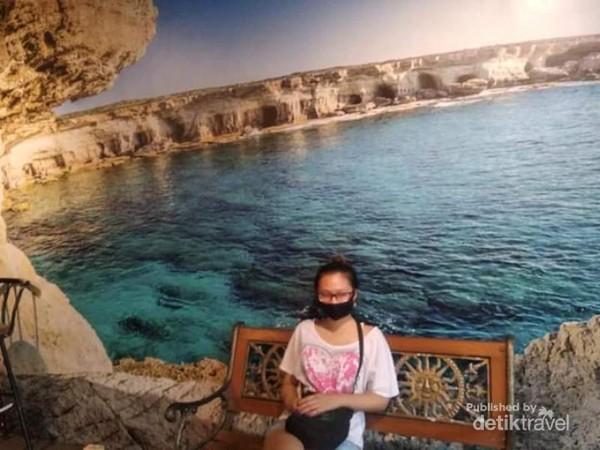Berfoto dengan latarbelakang lukisan laut juga menyejukkan.