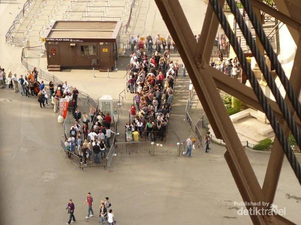Tampak antrean pengunjung yang telah memilki tiket masuk menunggu giliran menuju puncak menara
