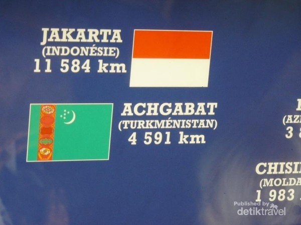 Gambar bendera Indonesia dan bentangan jarak Paris-Jakarta pada dinding di ruang tunggu lift menuju ke atas