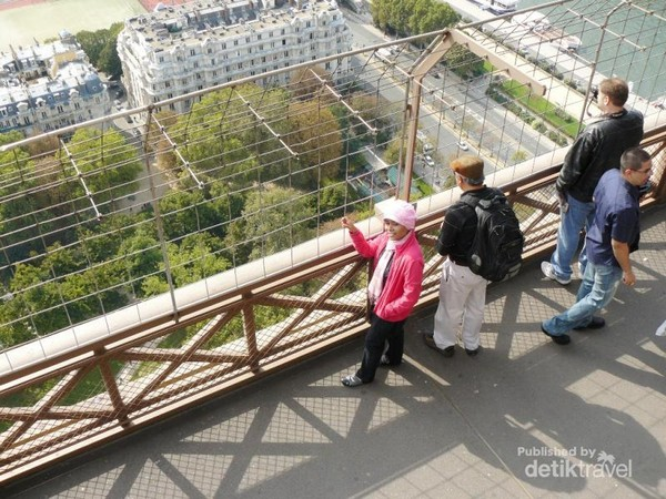 Setiap lantai menuju menara, kami menikmati pemandangan dari berbagai sudut