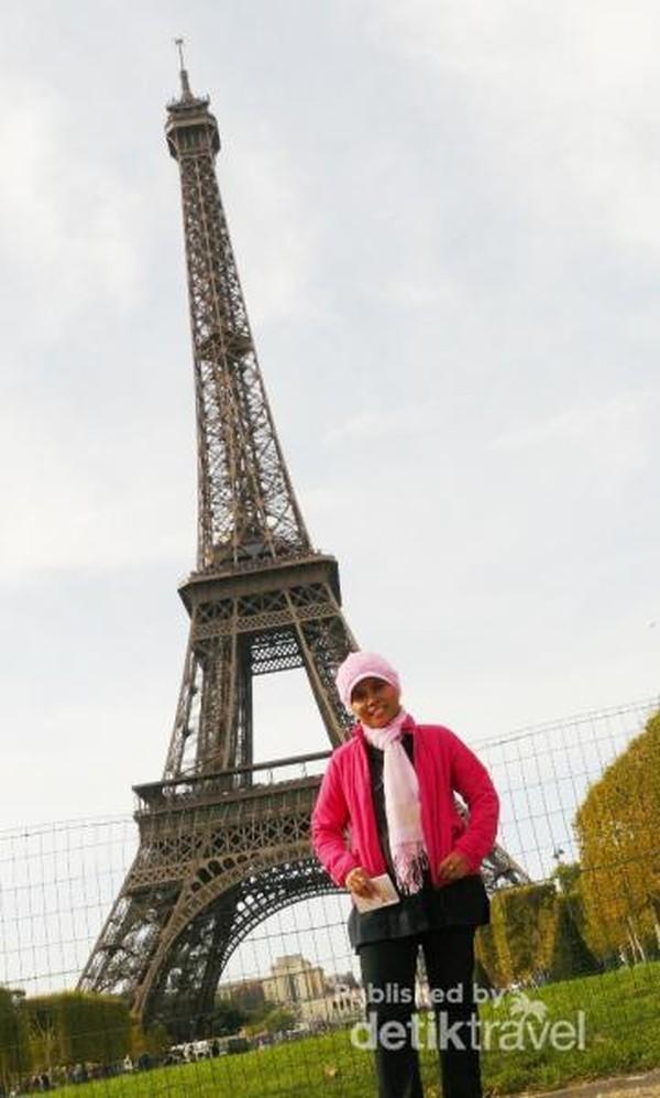 Sejenak berpose dengan latar Menara Eiffel setelah turun dari puncaknya