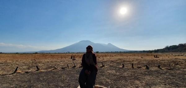 Setelah sampai Baluran, saya auto foto di savana.