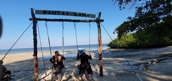 Oh iya, di Baluran itu ada pantainya lho. Namanya Bama Beach, jadi untuk kalian yang mau ke Baluran ya ke pantainya juga ya.