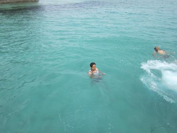 Berenang di sekitaran Dermaga Pulau Semak Daun tidak dipungut biaya. Biaya masuk ke dalam Pulau Semak Daun sebesar Rp 35 ribu.