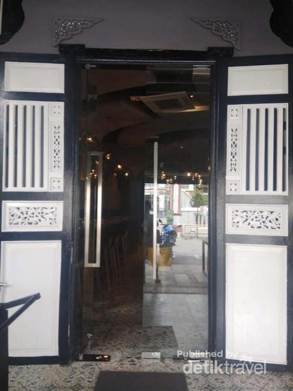 Pintu The Loft yang unik.
