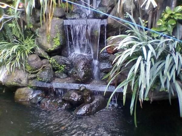Air mancur, bebatuan dan taman resto.