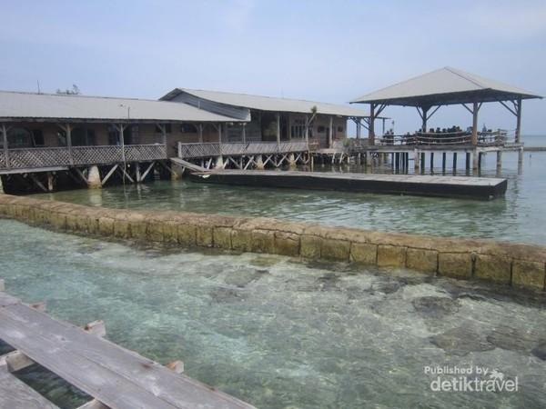 Restoran ini bernama Nusa Resto dengan berbagai hidangan lautnya yang segar dan punya pemandangan unik, karena bisa lihat langsung ikan hiu.