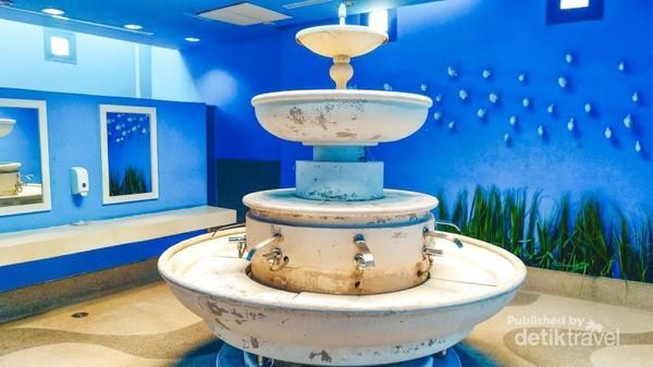 Bahkan kamar mandi wanita di Santorini Park pun bisa jadi objek foto yang menarik