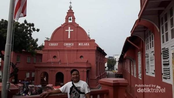 Dari atas kita bisa menilah utuh bangunan Gereja atau Christ Church Melaka.