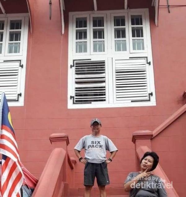 Berfoto di tangga bangunan merah juga bagus.