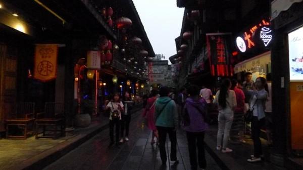 Di jalan ini kita bisa menemukan berbagai kios dan toko suvenir, snack, dan makanan