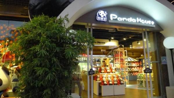 Terdapat toko khusus semua berbau panda yang menarik