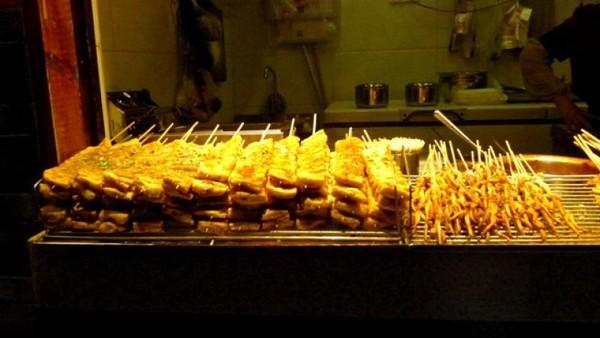 Berbagai snack dan makanan yang menggugah selera tersedia