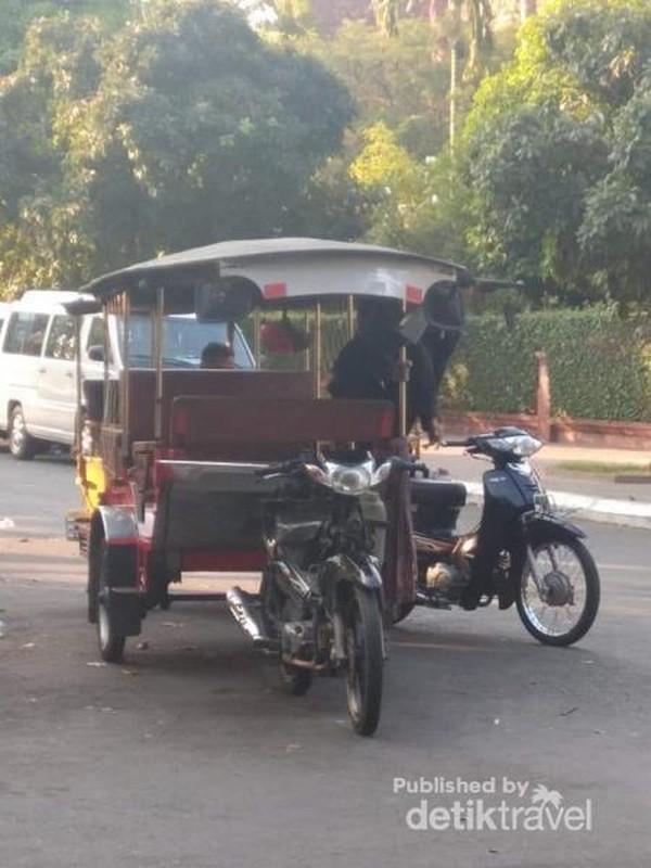 Tuk-tuk yang parkir di samping halaman istana siap menawarkan jasa kepada para calon penumpang yang lewat