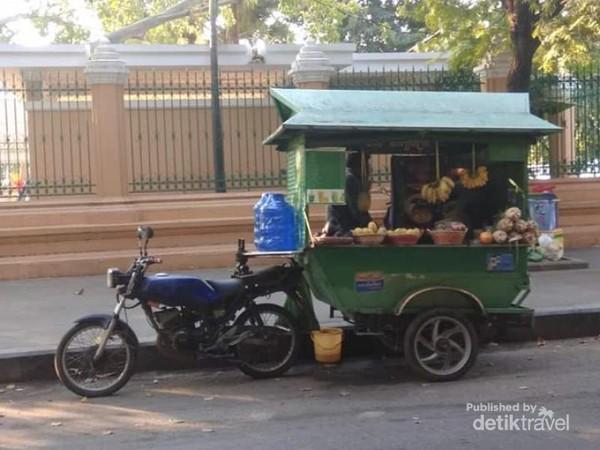 Pedagang buah pun penangkap peluang rezeki meraka di jalan samping halaman istana