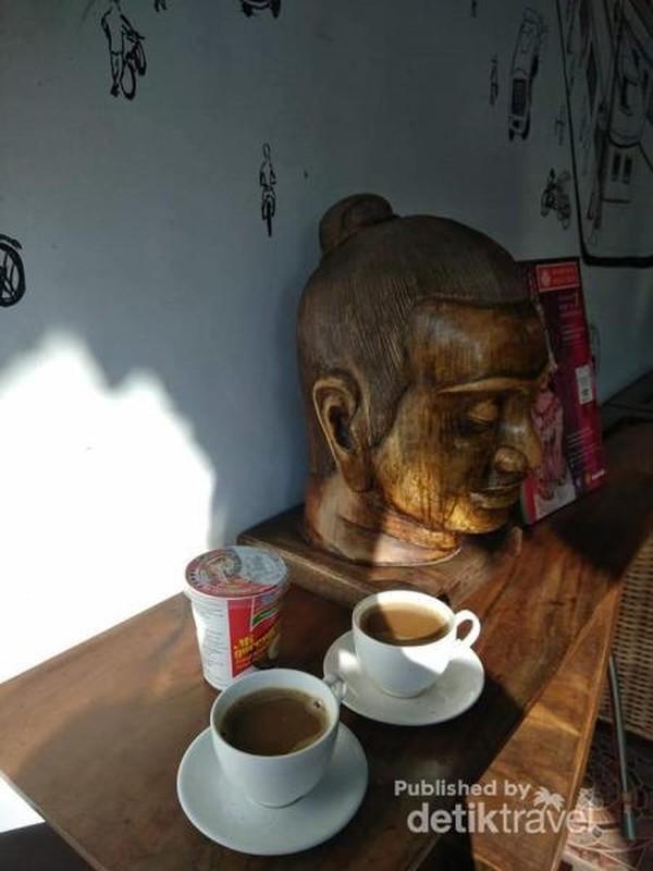 Ku nikmati pagiku bersama secangkir kopi dan satu cup mie instan dengan rasa syukur