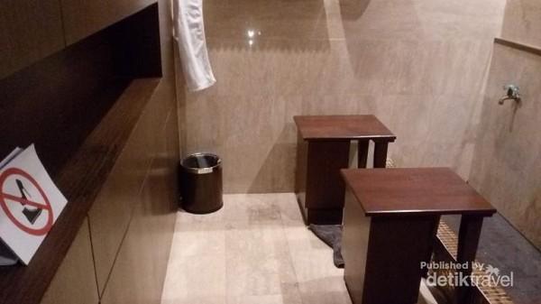 Tempat wudhu yang nyaman, dan bersih. Ada kursi untuk berwudhu.