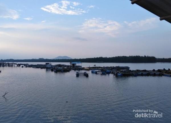 Pemandangan yang akan memanjakan mata dari warung makan di Madong