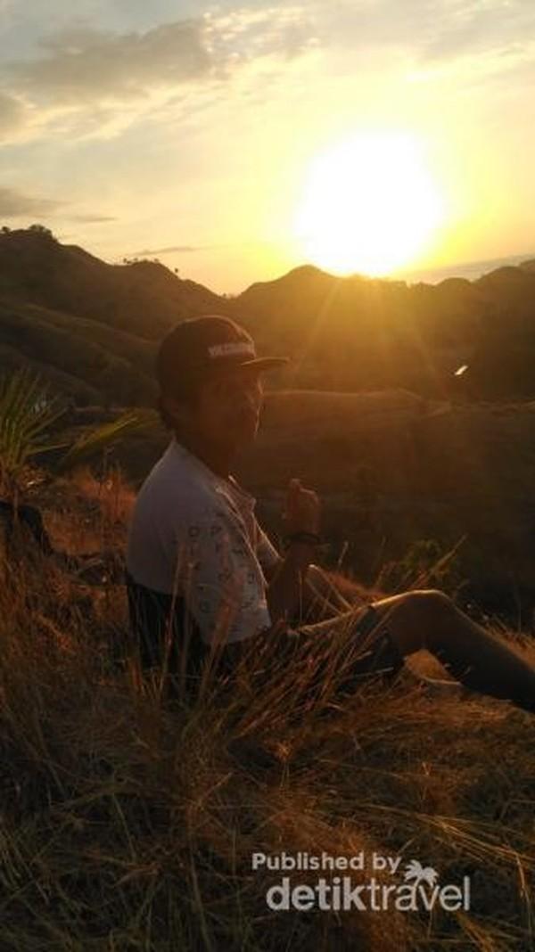 Lembayung senja di ujung barat Pulau Flores