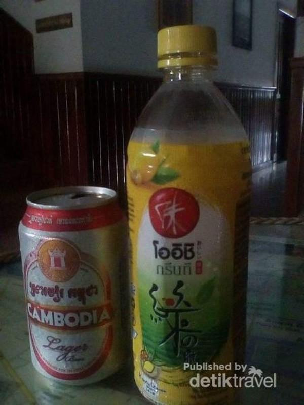 Menikmati minuman Khas Khmer.