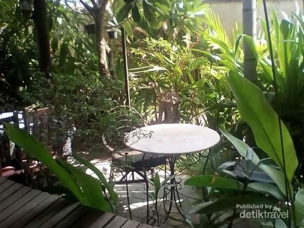 Salah satu sudut taman bersantai di My Home Tropical Garden Villa Siem Riep.