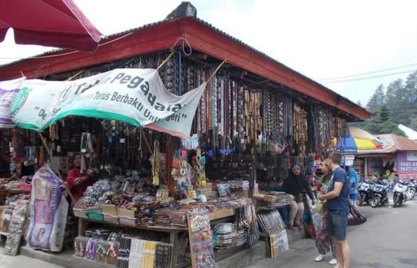 Pembeli yang sedang tawar menawar di Pasar Candi Kuning.