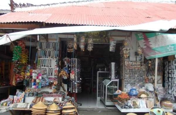 Penjual pernik-pernik di Pasar Candi Kuning.