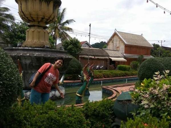 Lambang kota Luang Prabang yang dikelilingi kolam buatan dengan air yang jernih.