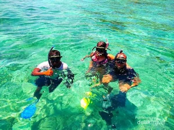 Foto pada saat tamu snorkeling di kawasan Taman Nasional Komodo