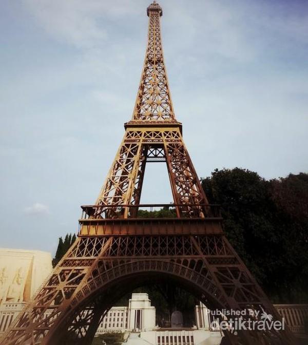 Menara Eiffel dari Paris, Perancis