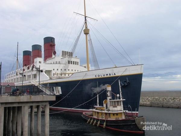Wah, ada Kapal Titanic di area American Waterfront !