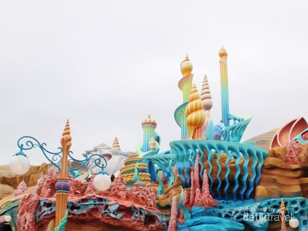 Untuk pergi mengunjungi Ariel dan kawan-kawanya, kita tidak perlu berenang kok travellers. Kunjungi saja Istana Raja Triton di area Mermaid Lagoon.