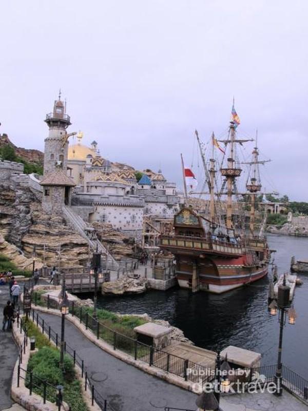 Ingin kembali ke zaman ketika Columbus melakukan eksplorasi dan mengelilingi dunia? Kunjungi saja Fortress Exploration yang berada di area Mediterranean Harbor.