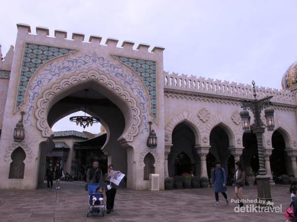 Area Arabian Coast yang membuat kamu dapat menjelajah Kerajaan Sultan tempat Alladin dan Putri Yasmin tinggal.